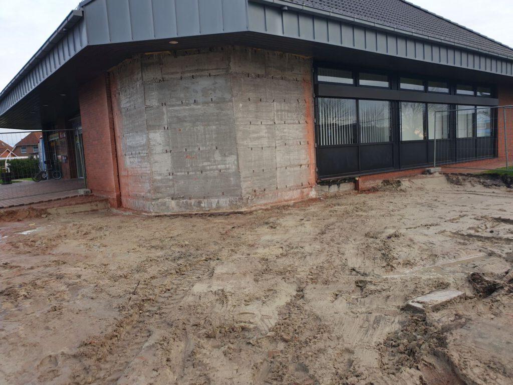 Hier an der Nordwestecke des Gebäudes entsteht der Sanitärtrakt
