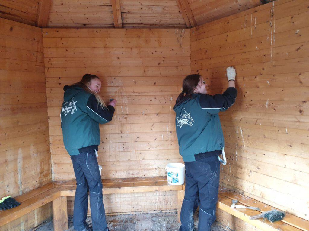 Nantke de Groot und Nadine Aust haben Spaß beim Reinigen der Pavillons