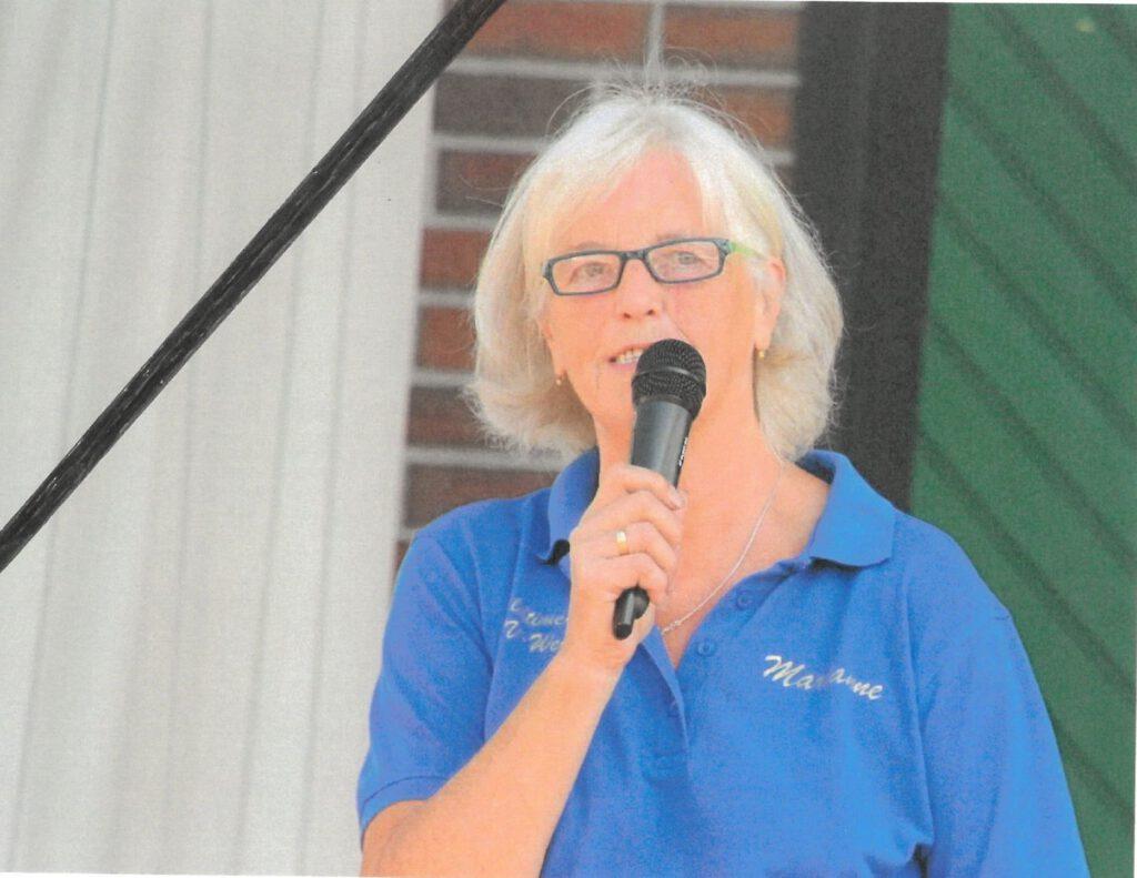 Marianne Lübben hält die Ansprache bei der alljährlichen Oldtimerschau