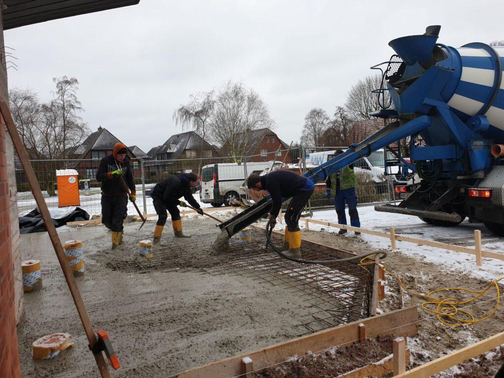 In Akkordarbeit wurde die Bodenplatte gegossen, Schnee war angesagt