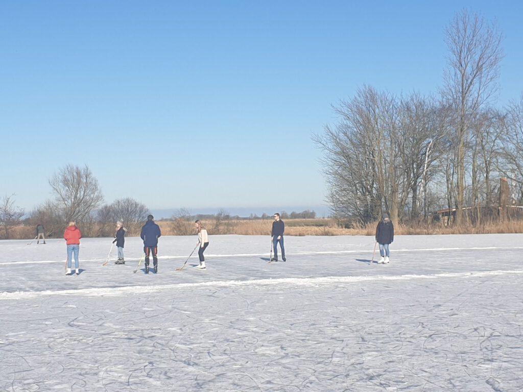 Aufstellung zum Eishockey-Match