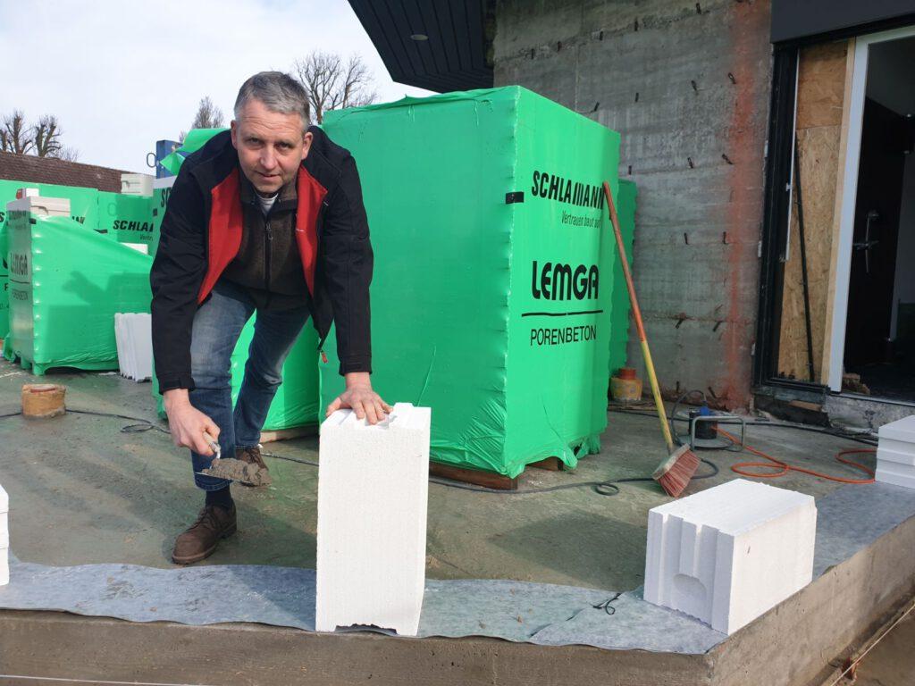 Den ersten Stein setzt der Bauherr selbst. Bürgermeister René Weiler-Rodenbäck greift zur Kelle