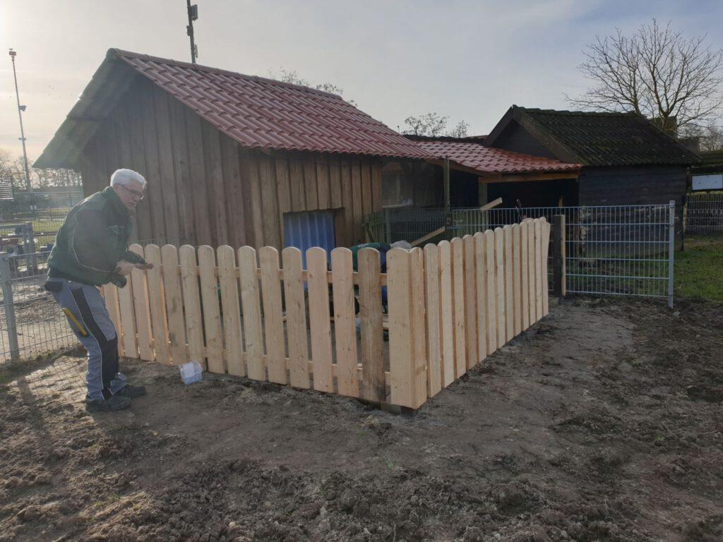 Der Zaun am Ziegenvorhof ist fertig