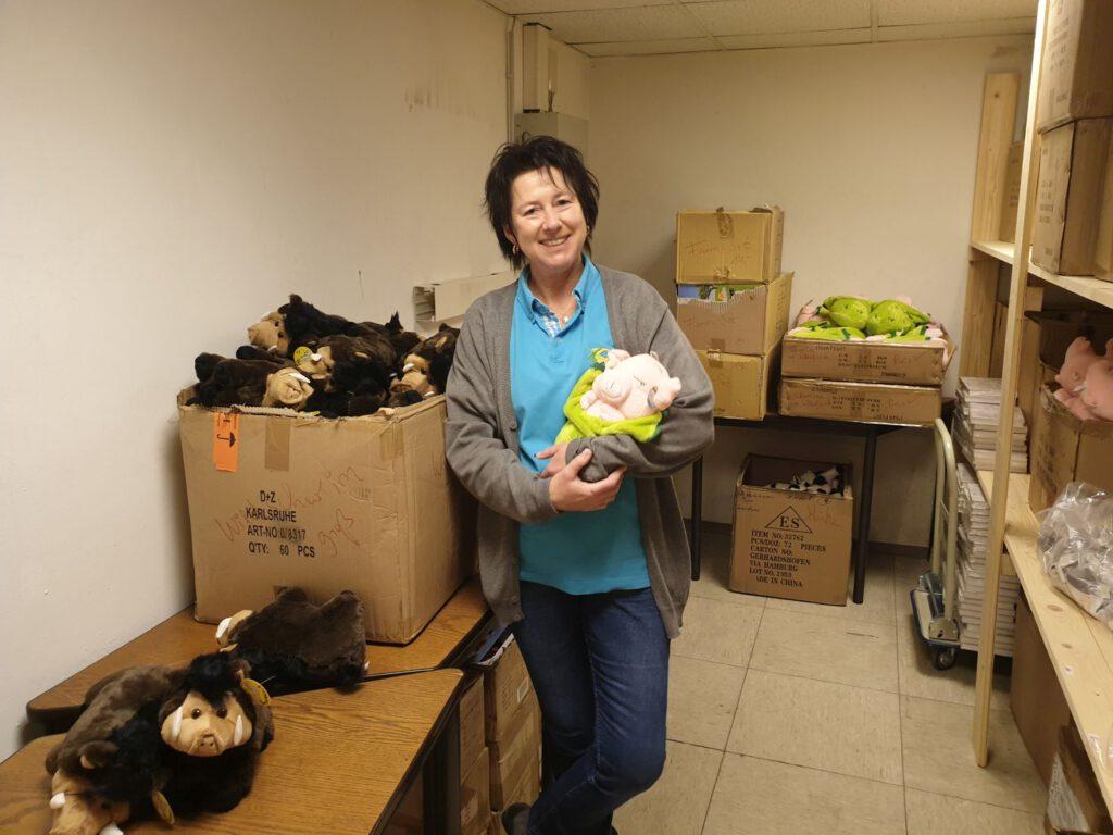 Carmen Saalberg in ihrem neuen Lagerraum mit ihren Lieblings-Stofftieren