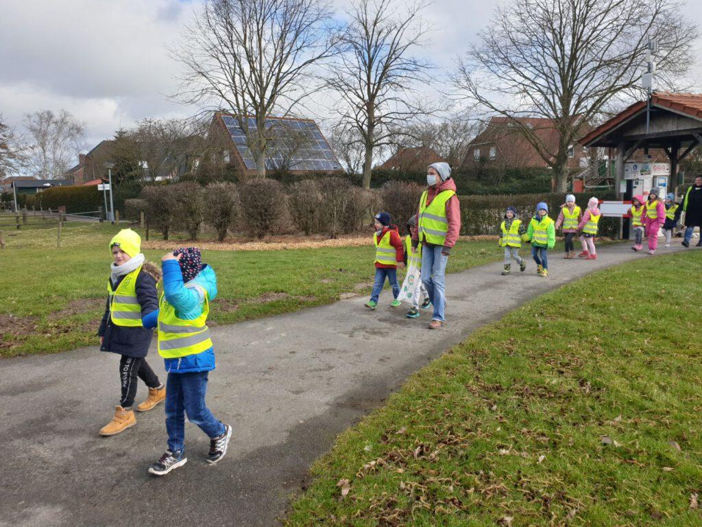 """Als erste Besucher marschieren die Kinder vom Kindergarten """"Pfiffikus"""" ein"""