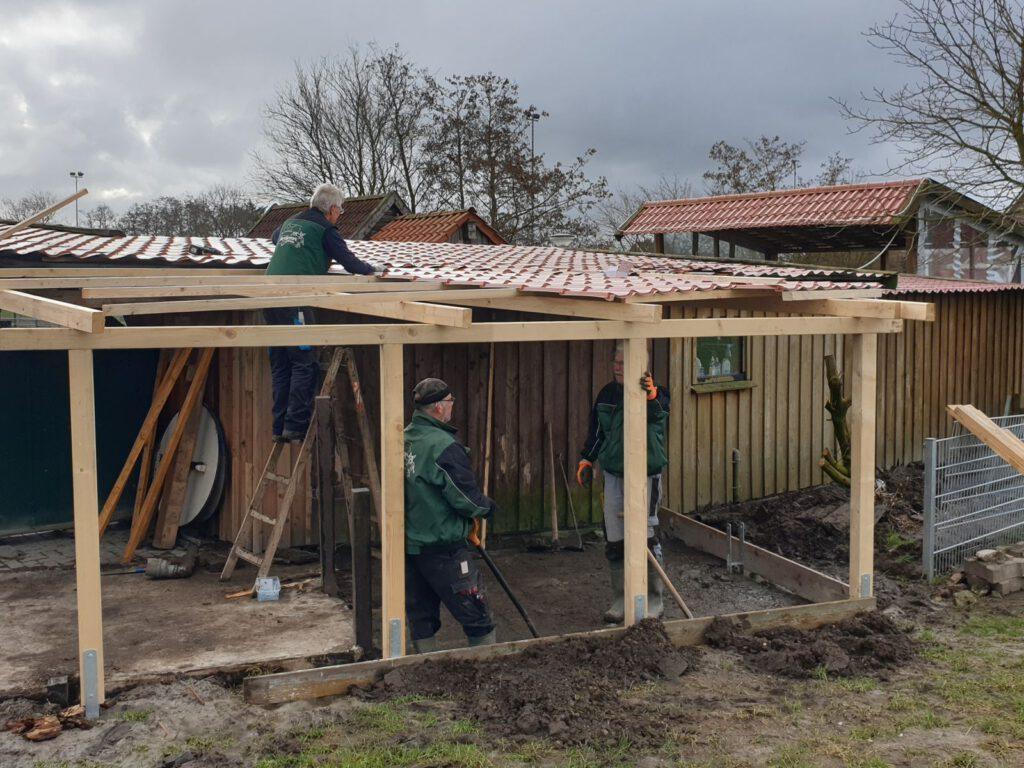 Das Gerüst steht und das Dach ist montiert. Der Bau der Ziegenhütte geht voran