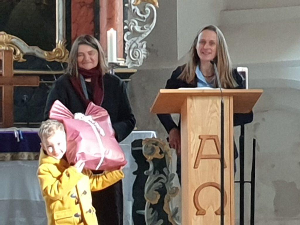 Sigrun Milde-Jakobs überbrachte die Grüße des Kindergartens mit ihrer Vorgängerin Adda Eden-Becker und Tamino Sandmann durfte das Geschenk überreichen