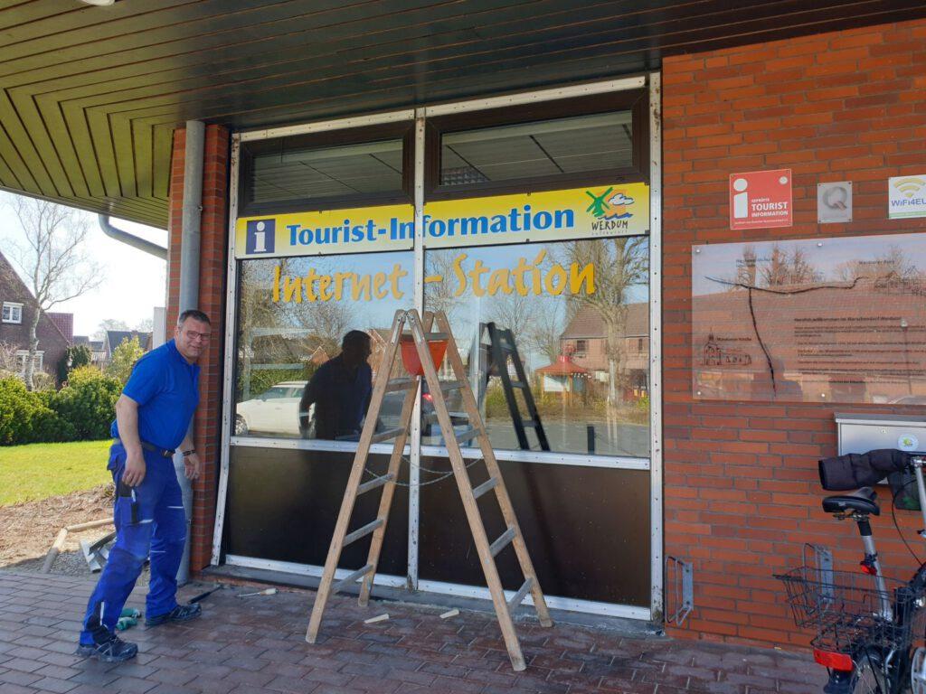 Ewald Menssen von der Fa. Eden bereitet schon mal den Ausbau des Frontfensters vor.