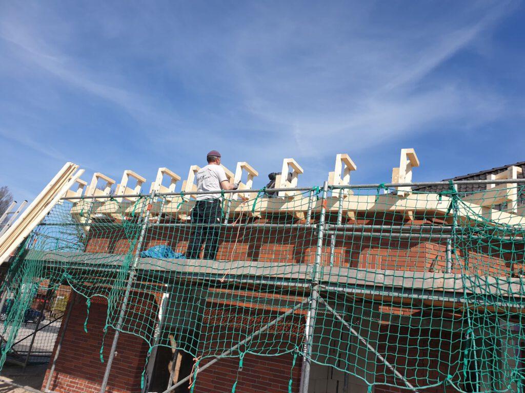 Mitarbeiter der Fa. Petrosch montieren die Dachkonstruktion