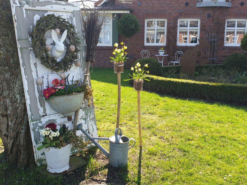 Strudhoff`s schöner Vorgarten ziert schon ein Osterhase