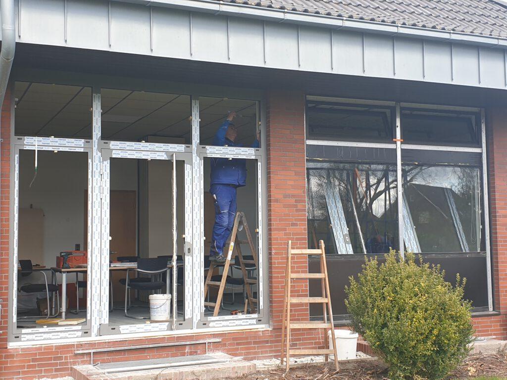 Das erste Fenster an der Südseite ist eingebaut