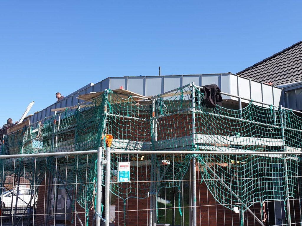 Noch steht das Gerüst, aber bereits morgen soll das Dach fertig sein