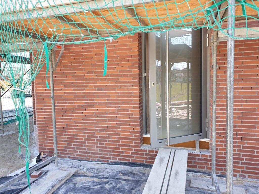 Türen und Fenster sind eingebaut