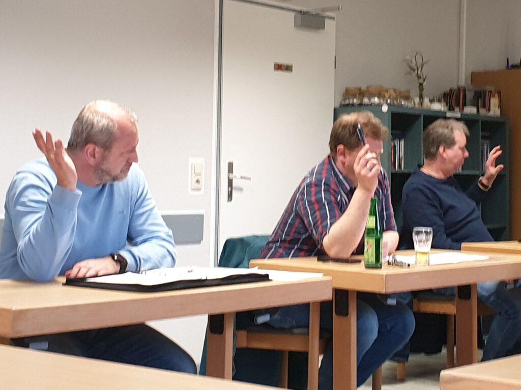 Einstimmig stimmte der Rat dem Haushalt auf Vorschlag von Klaus Becker (links) zu.
