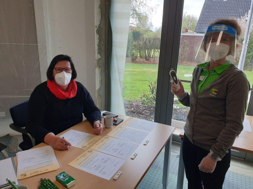 Katrin Sandmann und Assistentin Annegret Piepersind einsatzbereit und haben die ersten Testungen vorgenommen