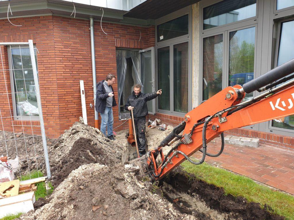 Auch Bauleiter Ingo Eschen schaut sich den Baufortschritt an