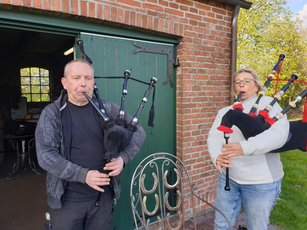 Marcus MacGowan und Karin van Hoorn spielen zusammen auf dem Dudelsack