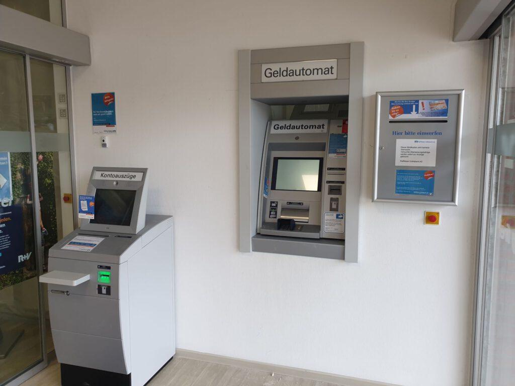 Der Geldautomat und der Kontoauszugsdrucker stehen jetzt an ihrem neuen Standort im Windfang rechts.