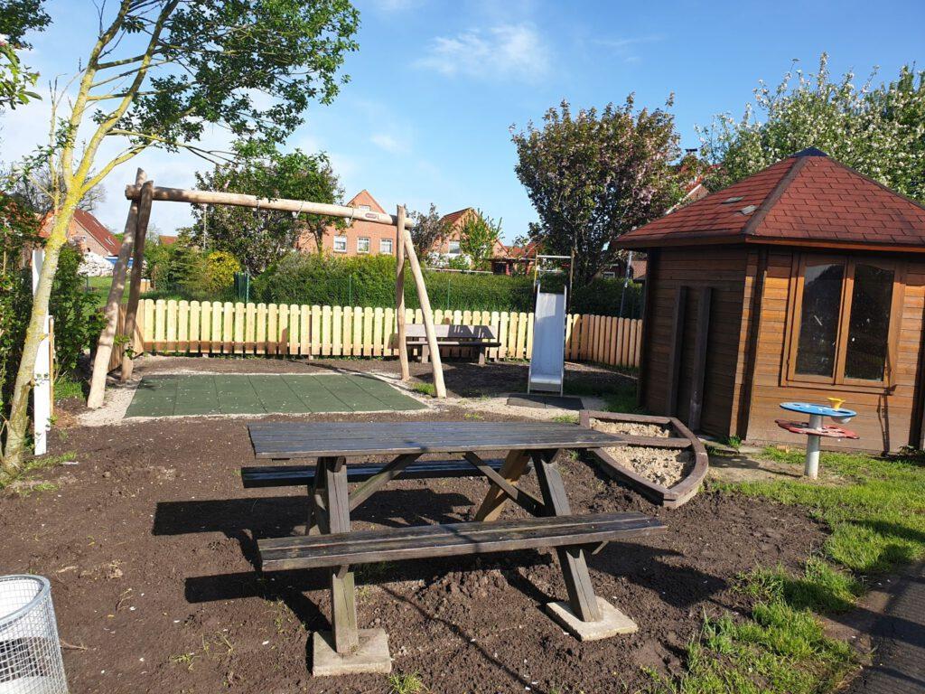 Der neue Spielplatz mit Schaukel, Rutsche, Sandkasten und Matschtisch ist fertig angelegt