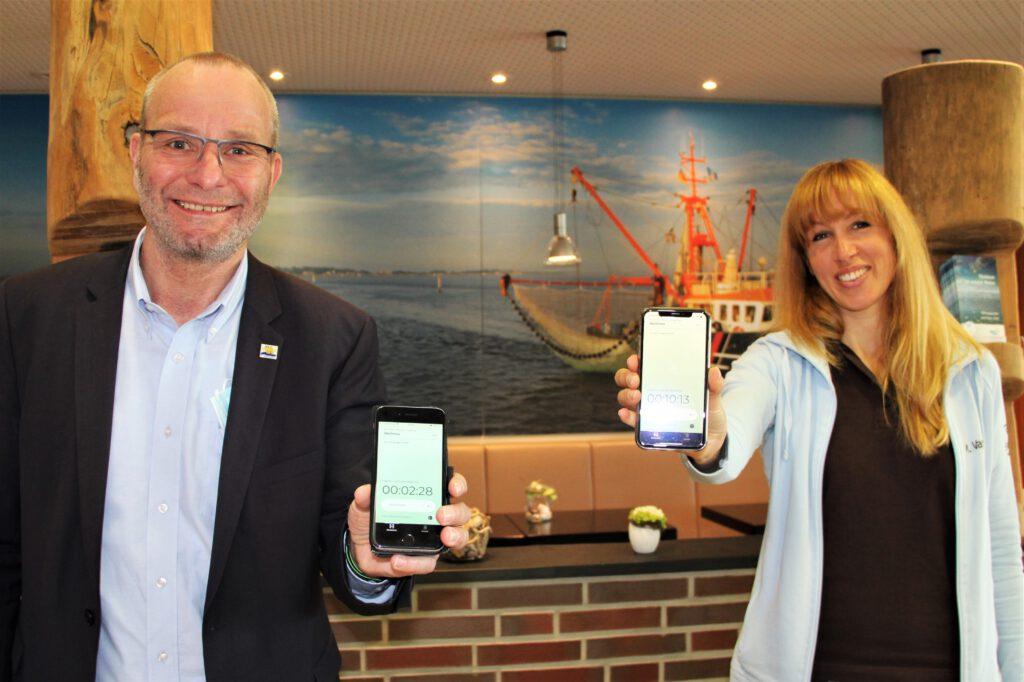 Kurdirektor Andreas Eden präsentiert mit Melanie Vanderschot, der Leiterin des BadeWerks, die neue Luca-App