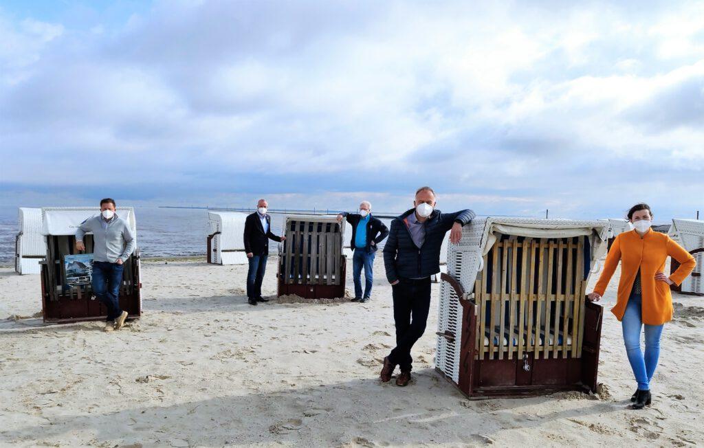 Die Geschäftsführer v.L.: Kai Koch, Andreas Eden, Johann Pieper, Johann Taddigs und Geschäftsführerin Claudia Eilts vor gesperrten Strandkörben in Harlesiel