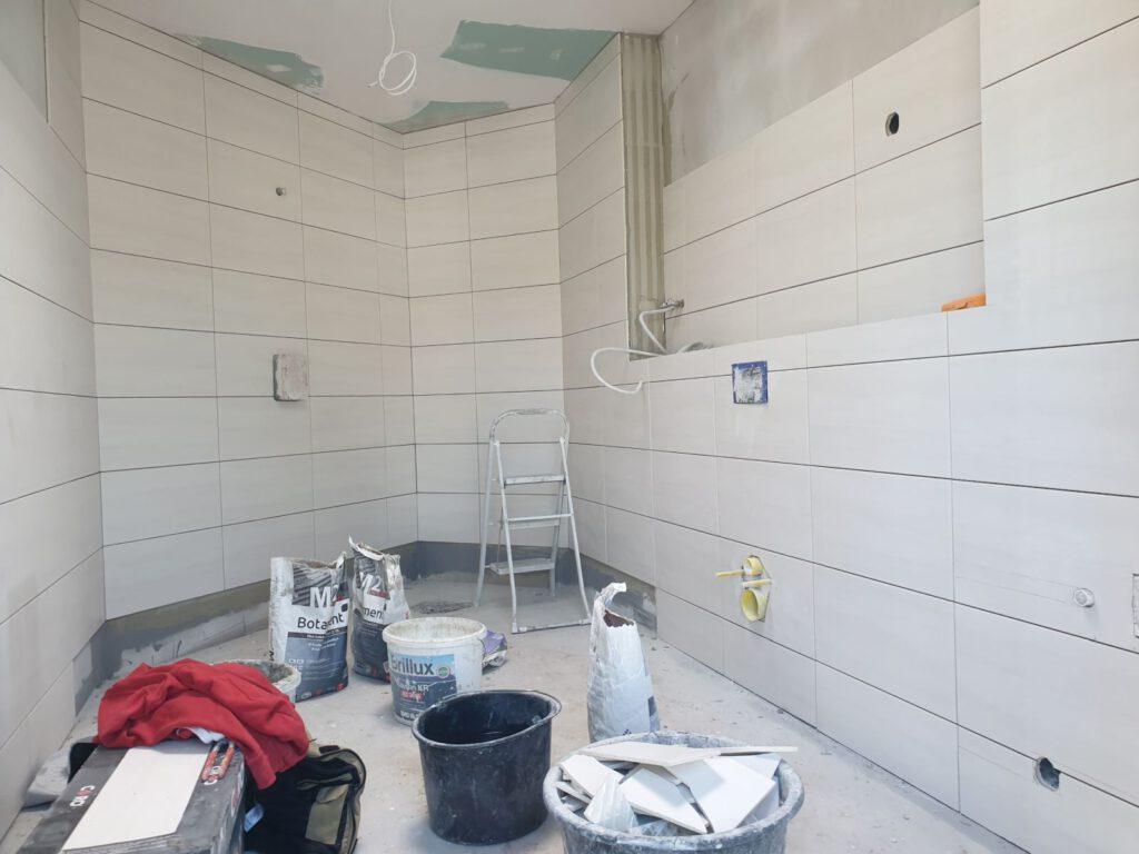 Auch der Toilettenraum für Menschen mit Behinderung und mit Dusche ist verfliest