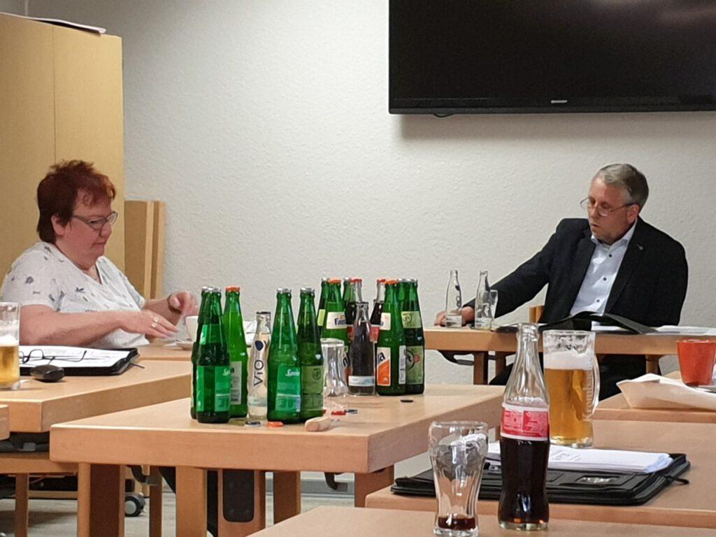 Bürgermeister René Weiler-Rodenbäck und seine Stellvertreterin Christa Kleen-Koopmann stimmen sich noch mal ab