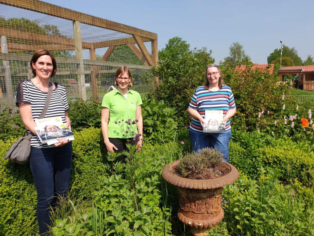 Cornelia Bremer (li.), und Petra Terbeck (re) freuten sich im Kräutergarten über ihren Gewinn, den Kathrin Rewerts mit überreichte
