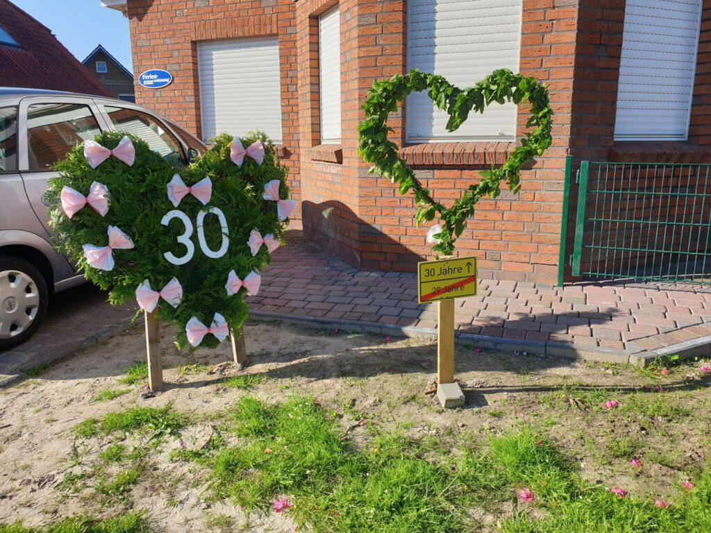 Zwei Herzen schmücken den Vorgarten von Corinna Schüler. Freunde und Familie haben sich hier zeitweise verewigt.