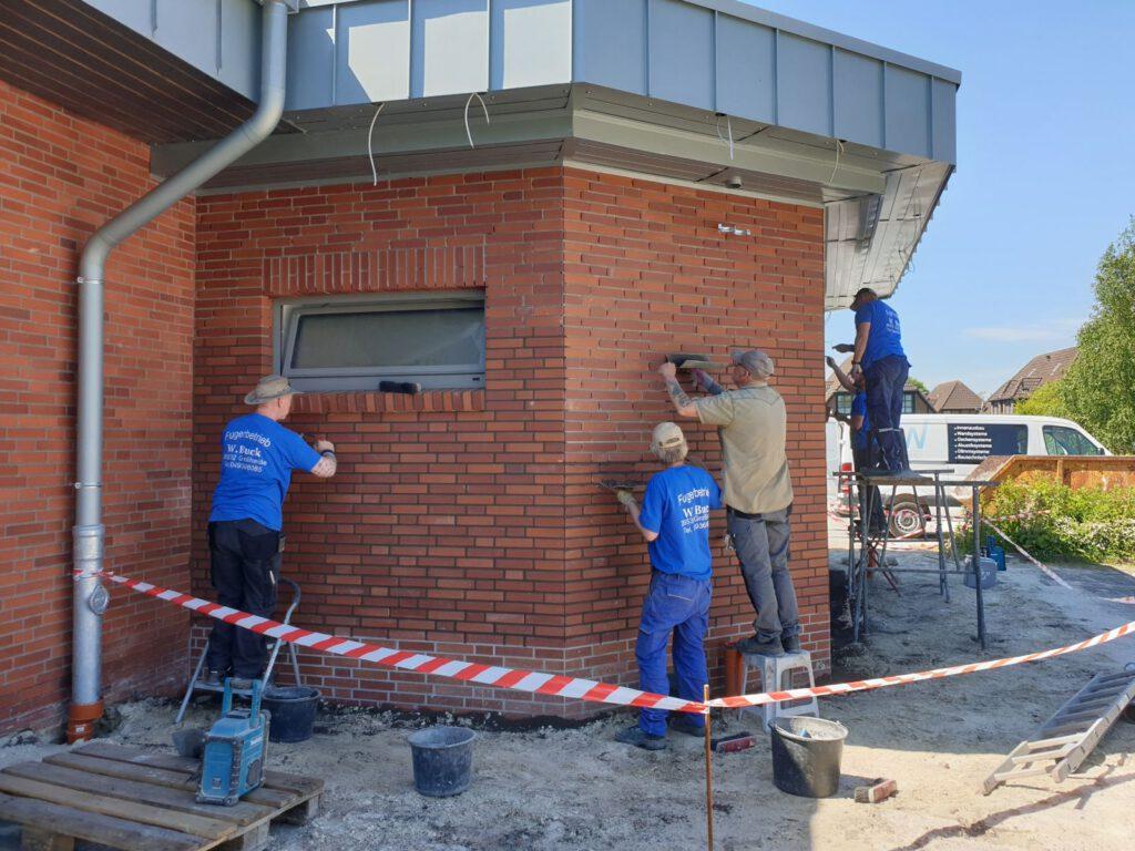 Die Mitarbeiter des Fugerbetriebs Buck aus Großheide fugten den Bau eben in wenigen Stunden ein