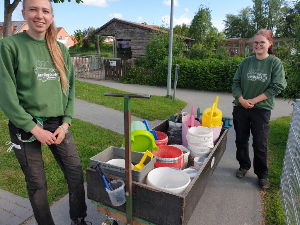 Nantke de Groot und Nadine Aust sind täglich mit dem Futterwagen im Haustierpark unterwegs. Dieser soll jetzt auch überdacht werden.