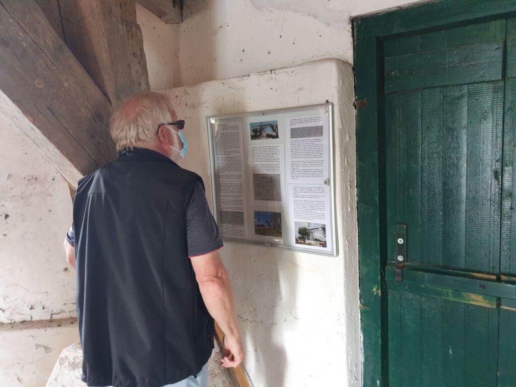 Info-Tafeln zur Geschichte der Mühle sind neu im Werdumer Erdholländer