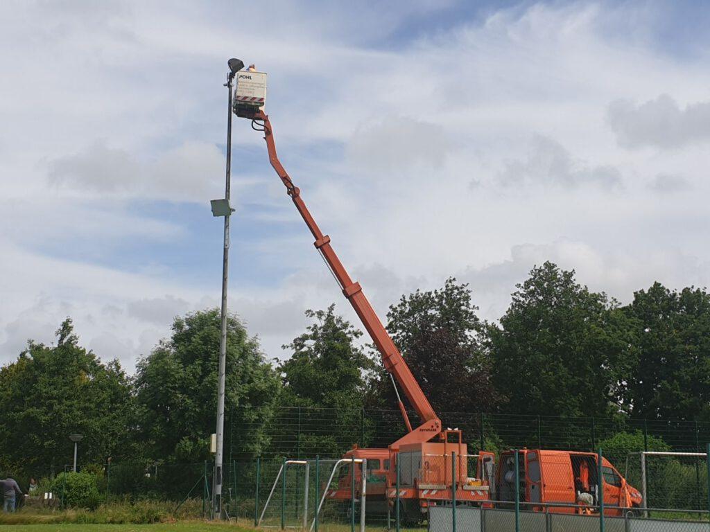 in 16 m Höhe werden die neuen LED-Leuchten montiert