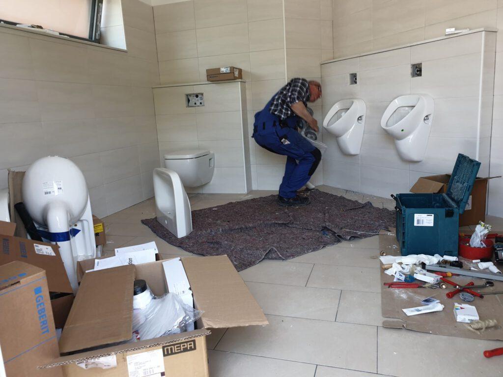 Der Mitarbeiter der Fa- Matulla aus Holtgast montiert die Sanitäreinrichtung