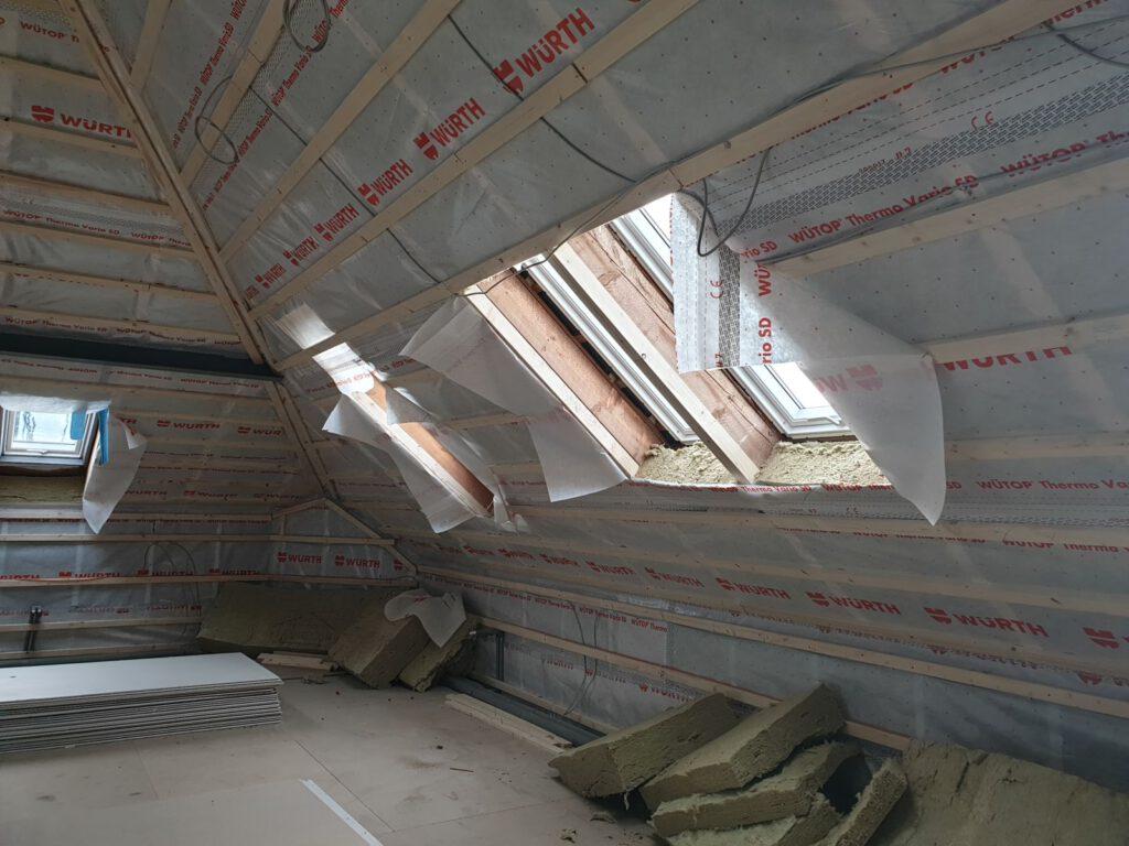 Auf dem Dachboden sind die Dachfenster eingebaut, es folgt die Verkleidung mit Fermacell