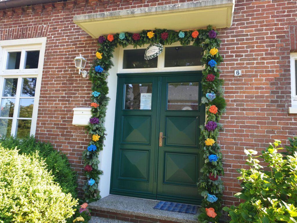 """Die Nachbarn des """"Puddings"""" haben einen schönen Torbogen zur Begrüßung angebracht"""