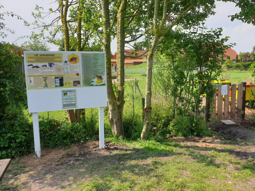 Das Areal für die Bienenstöcke  mit Info-Tafeln ist jetzt komplett fertig