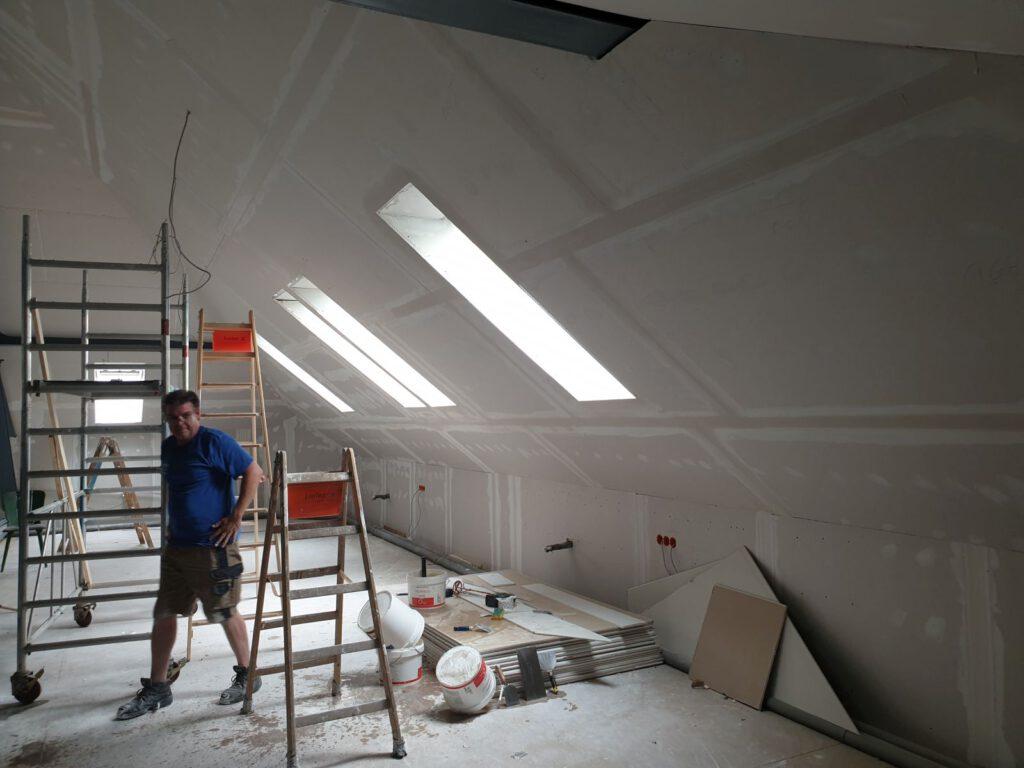 Die Mitarbeiter der Fa. MW haben die Außenhaut auf dem Dachboden verkleidet