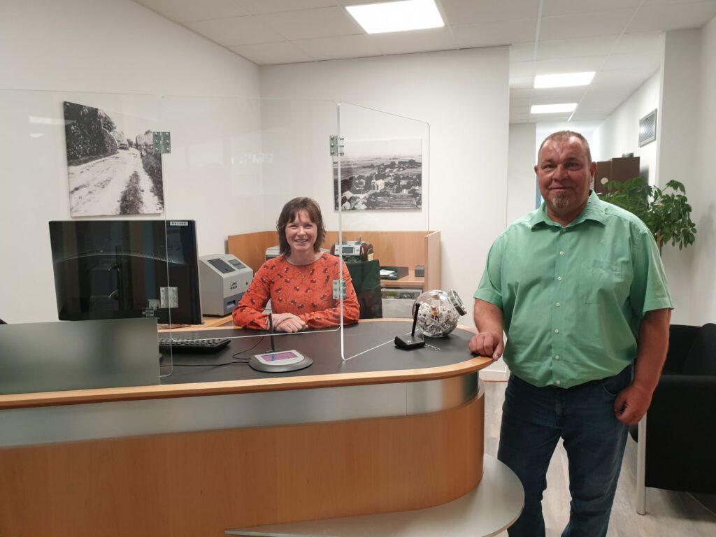Andrea Sassen und Jens Gronert begrüßen ihre Kunden jetzt in den neuen Bankstelle