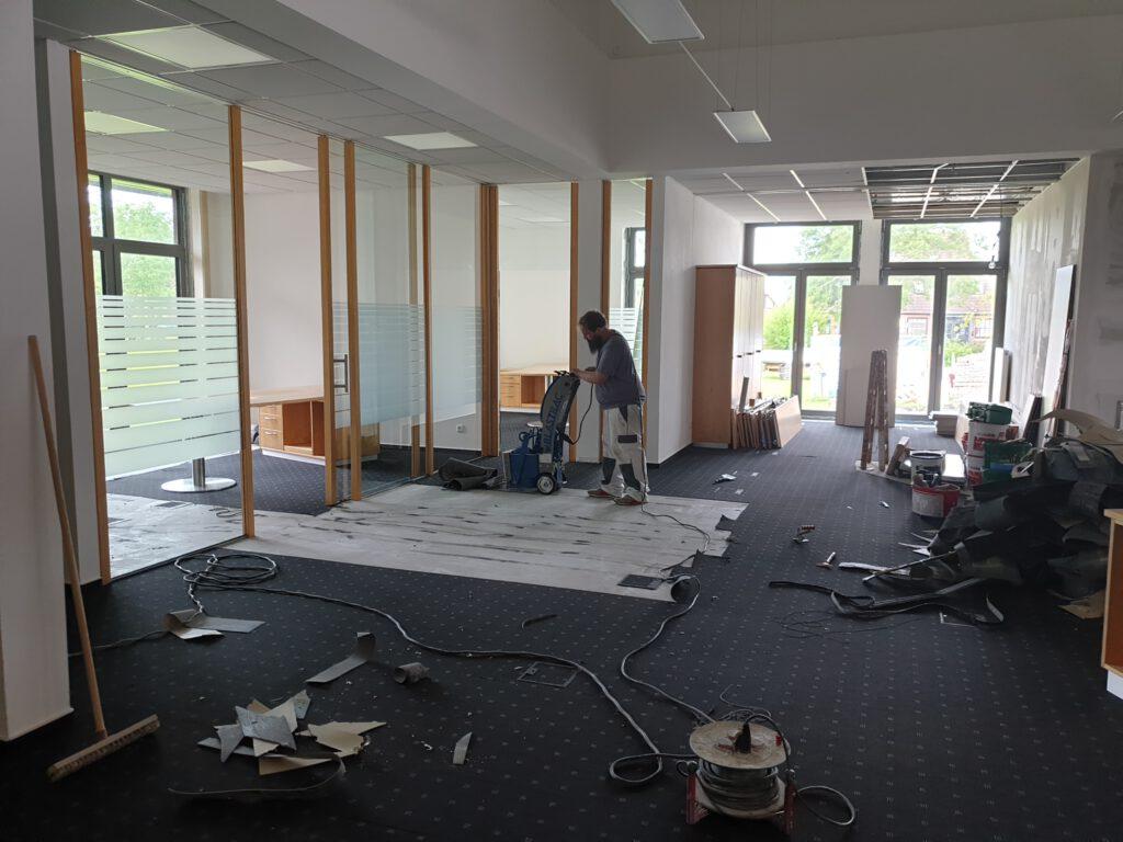 und verwandelt die bisherige Bankstelle in einen Baustelle. Der Teppichboden kommt raus