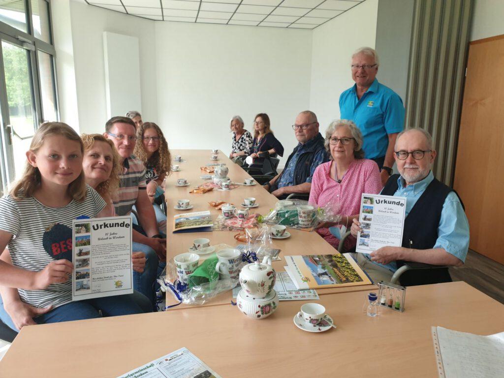 Seit 10 Jahren Urlaub in Werdum. Links Familie Hoffmann, rechts Herr Wedek und Frau Hofmann mit Gastgeber Arno Pooch und HVV-Chef Johann Pieper