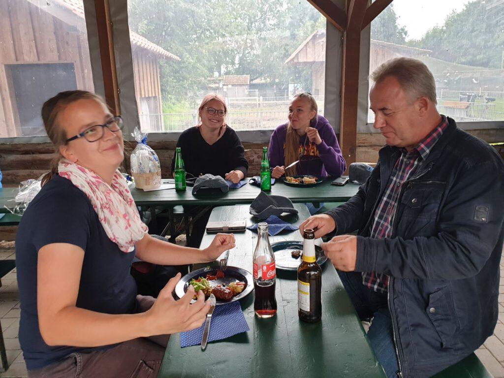 Dem Haustierpark-Team schmeckt es. V.L.: Stefanie Runge, Nadine Aust, Nantke de Groot und Karl-Heinz Michels-Lübben
