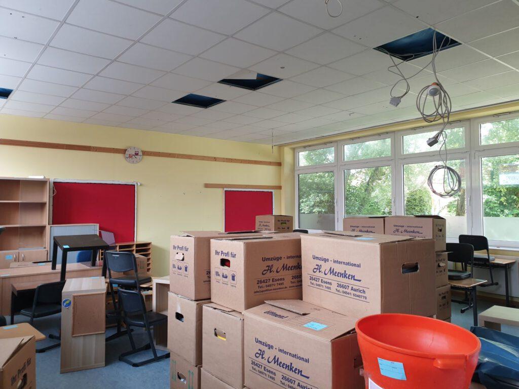 Die Lehrkräfte haben alles abholbereit in Kartons verpackt