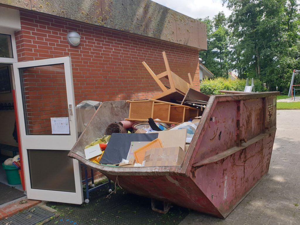 Auch ein Abfall-Container wurde gefüllt