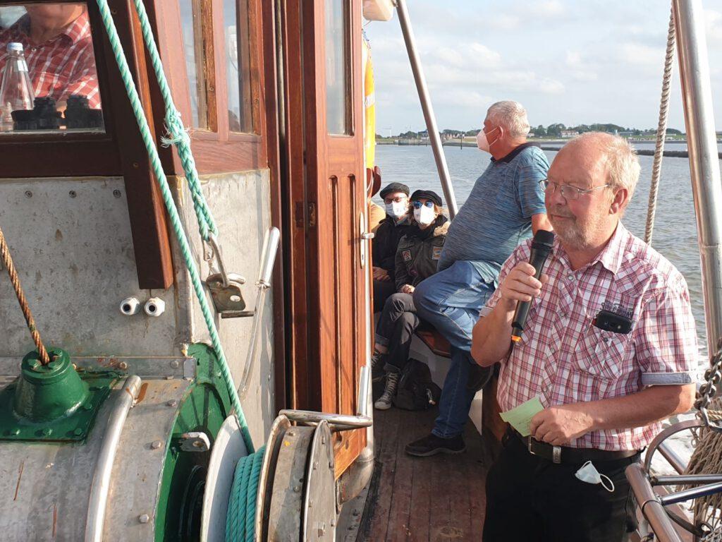 Kalle Ockenga begrüßt die Teilnehmer an Bord