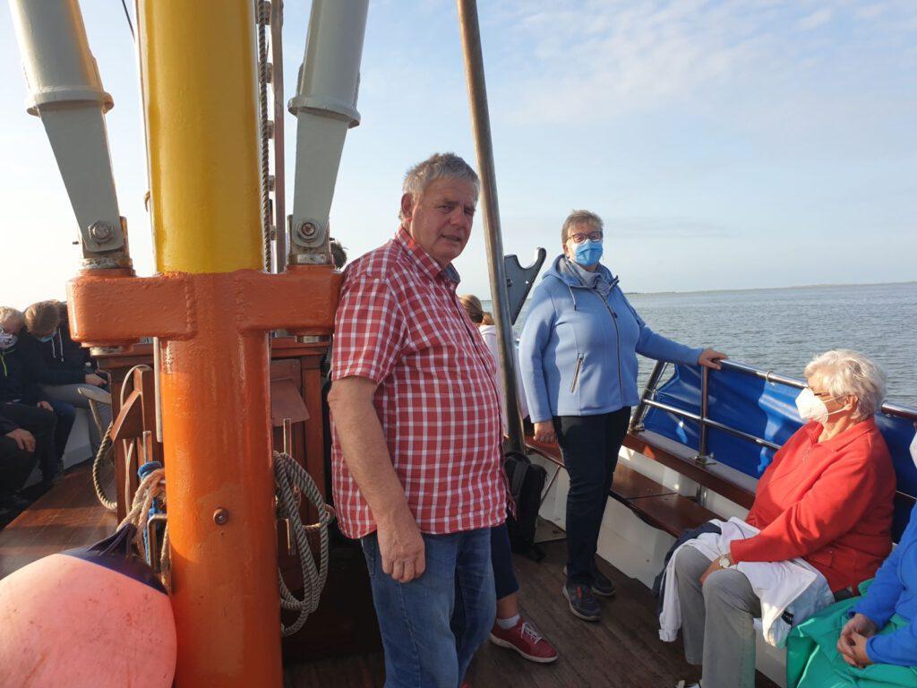 Kapitän Willi Jacobs erzählt dem Teilnehmern seine Geschichten