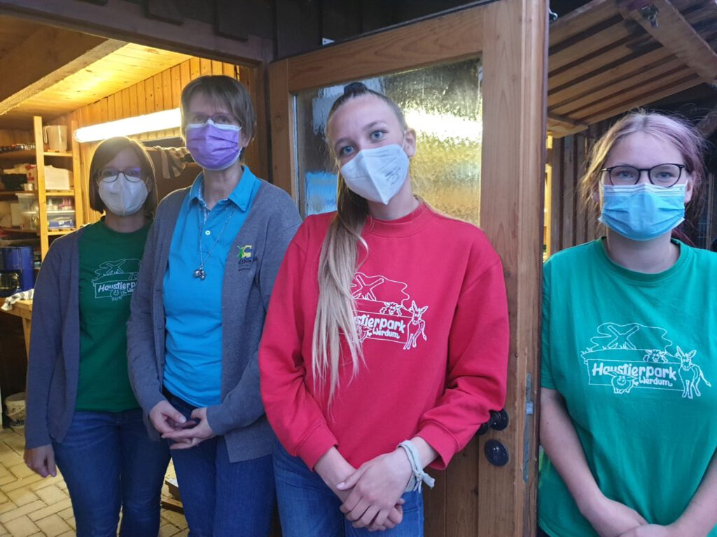 Das Service-Team, von l.: Kathrin Rewerts, Claudia Peters, Nantke de Groot und Geburtstagskind Nadine Aust