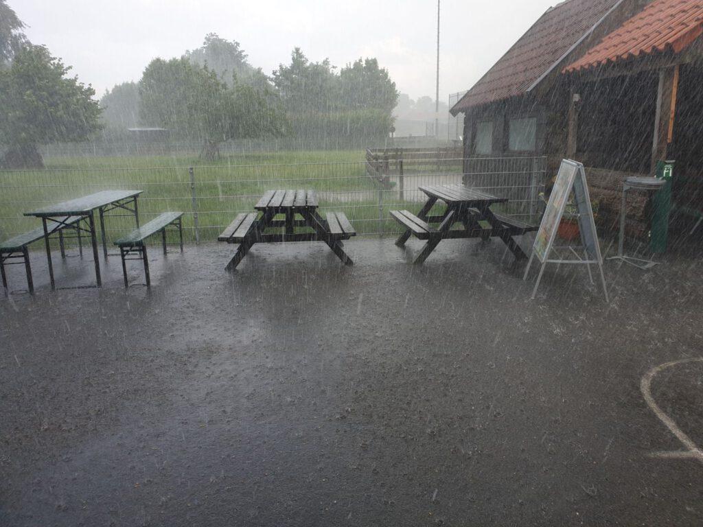 Riesen-Regenschauer mit Hagel gestern gegen Abend setzte der Getreideernte erstmal eine Pause