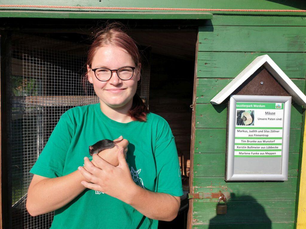 Nadine Aust hat an ihrem letzten Tag noch mal eine Maus gefangen. Künftig arbeitet sie in einem Labor mit Mäusen
