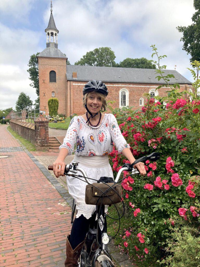 Mit dem Fahrrad unterwegs - Werdums neue Pastorin Dr. Annerose De Cruyenaere